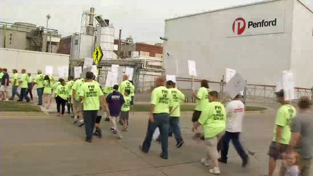 Workers picket outside of Penford during a labor dispute in 2015 (KCRG File)