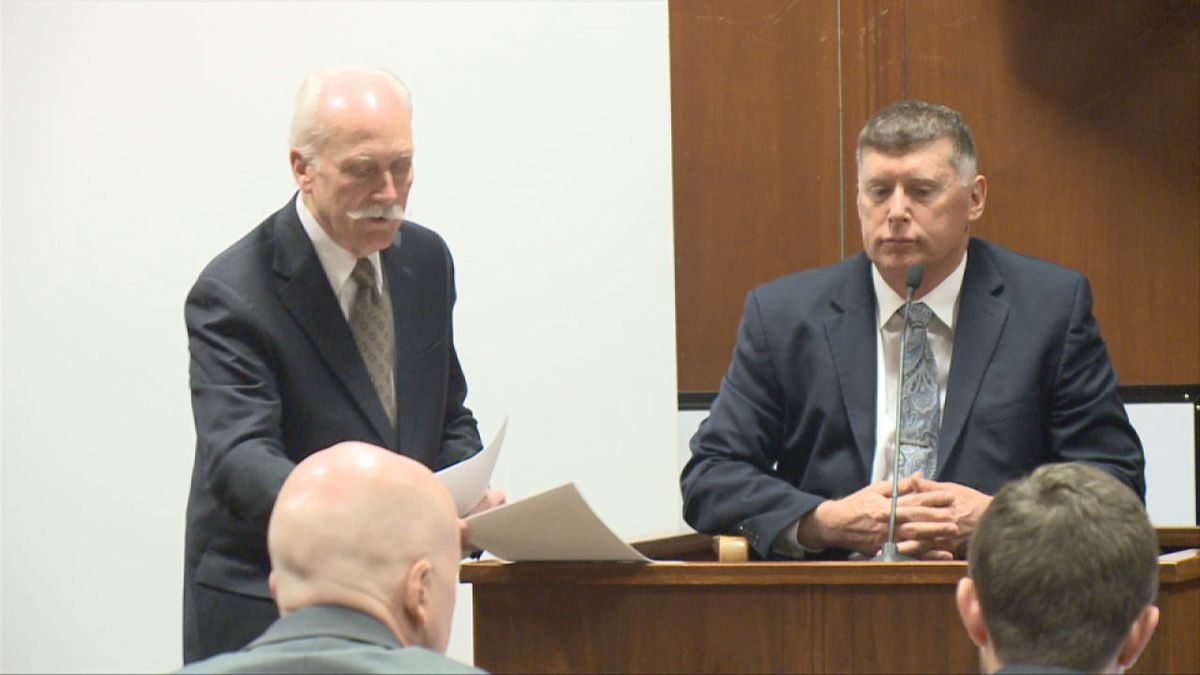 Leon Spies (left) questions Dr. Michael Spence (right) at the first-degree murder trial for Jerry Burns at the Scott County Courthouse on Thursday, Feb. 20, 2020. Spence served as the only witness called by the defense in this case. (Pool)