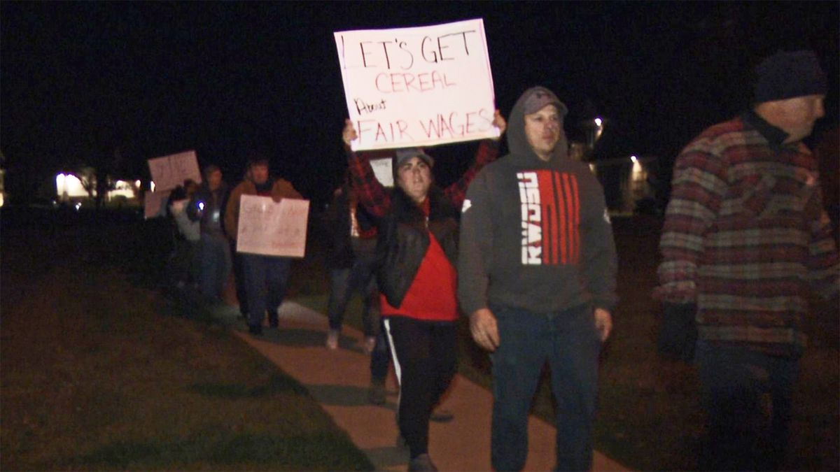 Members of Local 110 of the Retail, Wholesale and Department Store Union (RWDSU) picket outside the General Mills plant manager's home in Robins on Nov. 4, 2019. (Mary Green/KCRG)