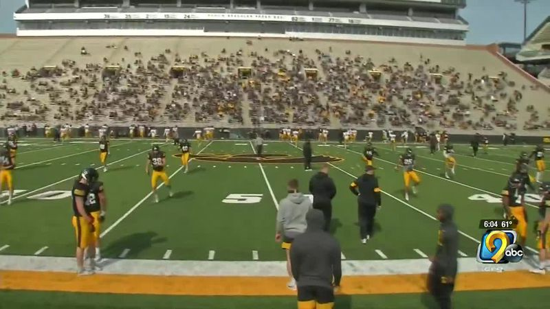 Fans return to Kinnick for Hawkeyes spring practice