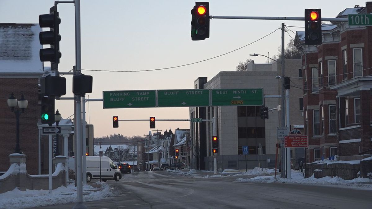 Cars wait at the intersection of Bluff and 10th Street in Dubuque on January 20th, 2020. (MAGGIE WEDLAKE/KCRG).