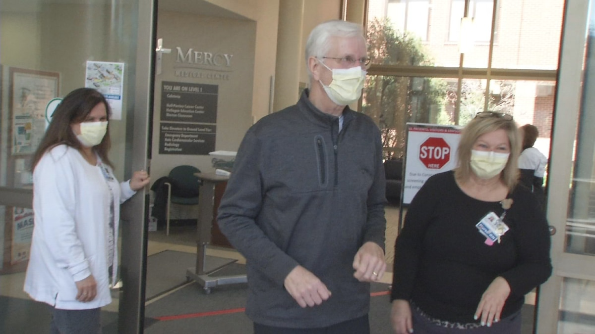 Larry Potter leaves Mercy Medical Center after undergoing treatment for COVID-19. (Marlon Hall/KCRG)