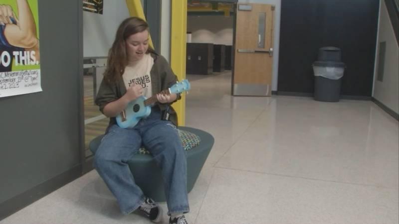 Chiara Dusanek playing ukulele and singing