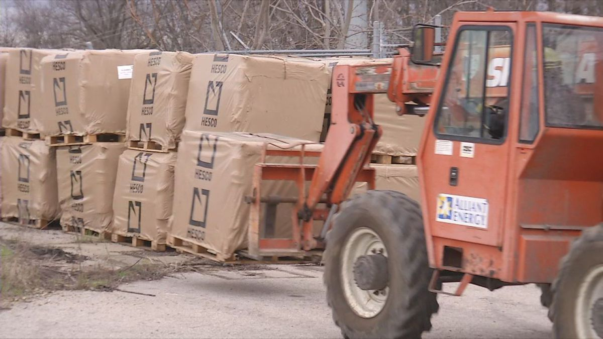 Alliant Energy crews load up HESCO Barriers on Tuesday, April 4, 2017. (Phil Reed/KCRG-TV9)
