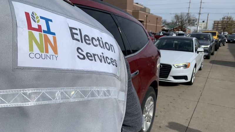 Cars line-up to vote in Linn County